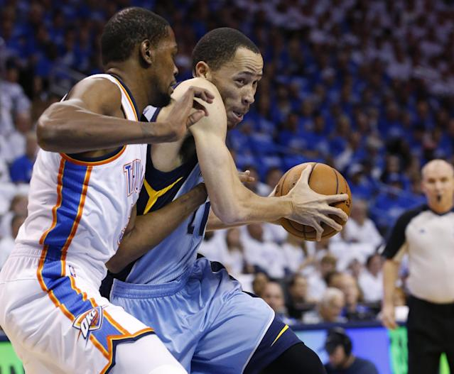 Memphis Grizzlies forward Tayshaun Prince (21) drives around Oklahoma City Thunder forward Kevin Durant, left, in the first quarter of Game 2 of an opening-round NBA basketball playoff series in Oklahoma City, Monday, April 21, 2014. (AP Photo/Sue Ogrocki)