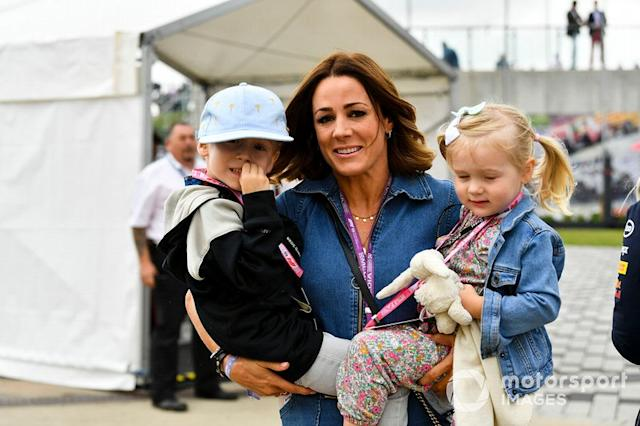 "Natalie Pinkham con sus hijos <span class=""copyright"">Mark Sutton / Motorsport Images</span>"