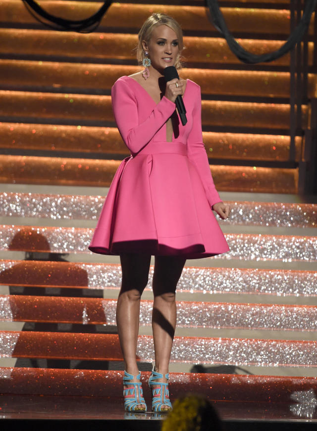 The country singer looks pretty in pink. (Photo: AP)