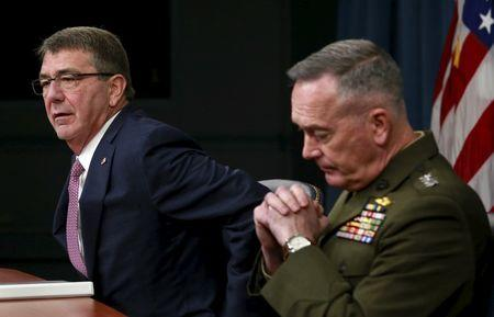 U.S. Defense Secretary Ash Carter (L) and Joint Chiefs Chairman Marine Gen. Joseph Dunford hold a news conference at the Pentagon in Washington February 29, 2016. REUTERS/Yuri Gripas