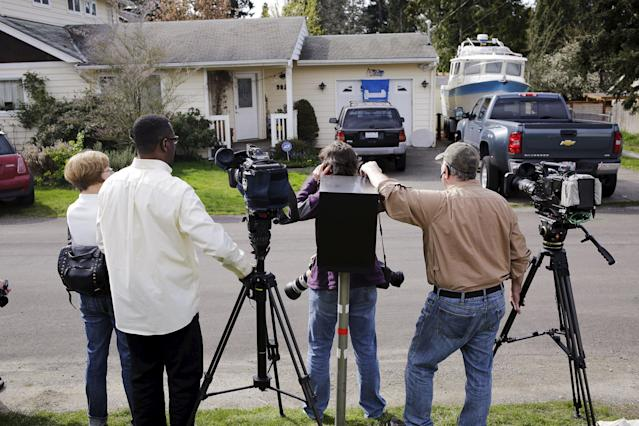 "News media wait outside the home of Amanda Knox's mother in Seattle, Washington March 27, 2015. A Seattle-based representative for Amanda Knox said he was ""overjoyed"" after her acquittal for the 2007 murder of British student Meredith Kercher by Italy's top court on Friday, adding that ""the truth has won out."" REUTERS/Jason Redmond"