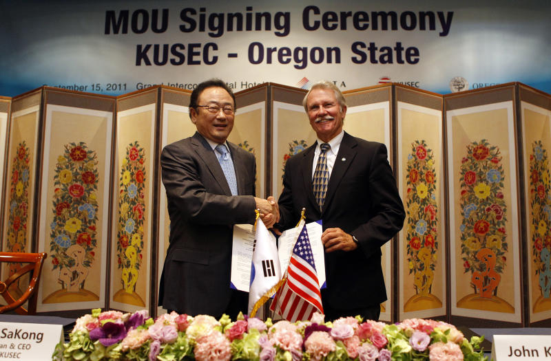 Oregon Gov. John Kitzhaber, right, shakes hands with Sakong Il,  chairman and CEO of Korea-U.S. Economic Council (KUSEC), left, during a signing ceremony of the Memorandum of Understanding, in Seoul, South Korea, Thursday, Sept. 15, 2011. Kitzhaber is on a two-day trip to South Korea. (AP Photo/Lee Jin-man)