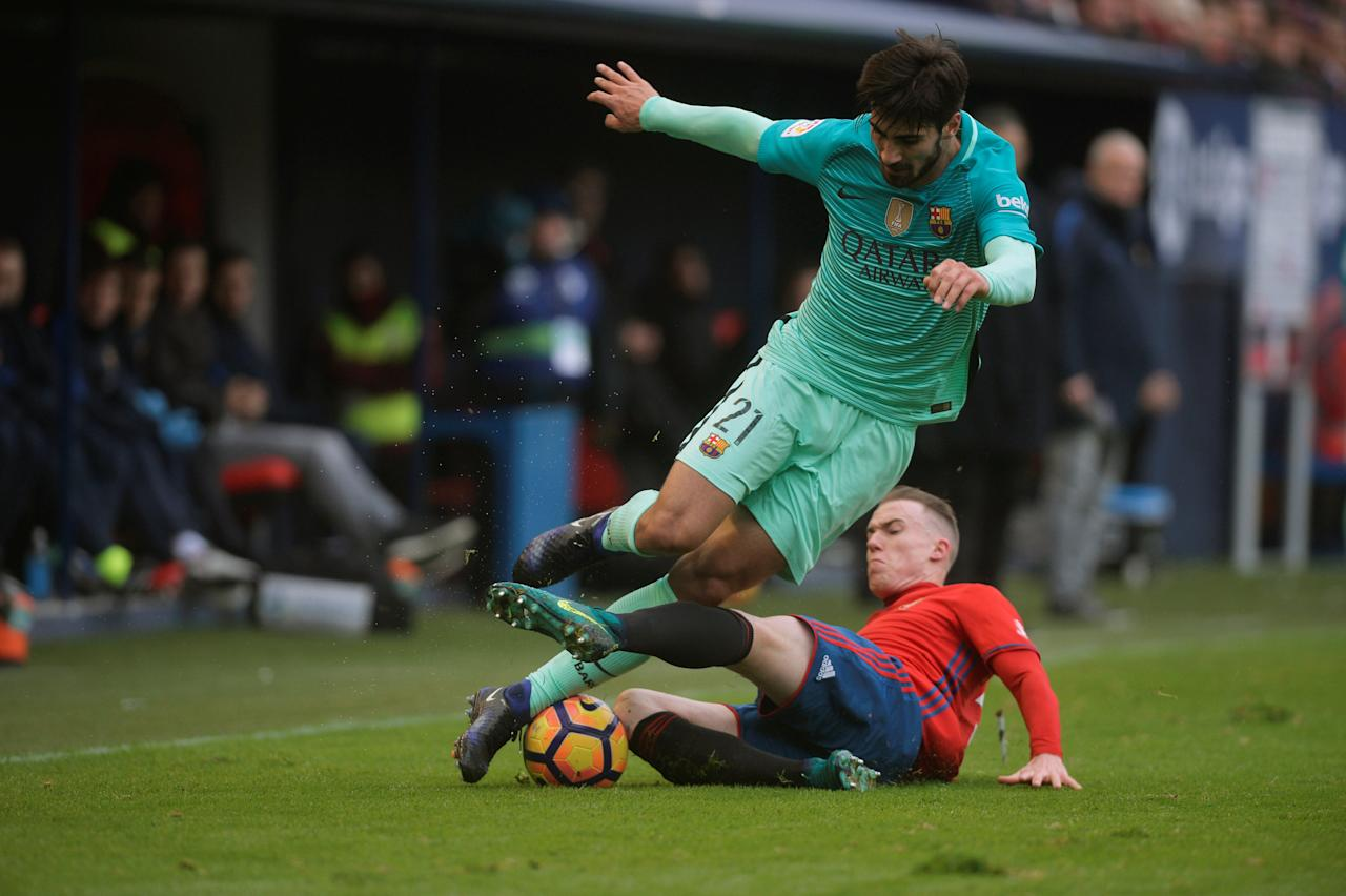 Football Soccer - Osasuna v Barcelona - Spanish Liga Santander - El Sadar, Pamplona, Spain - 10/12/2016  Barcelona's Andre Gomes fights for the ball with Osasuna's Carlos Clerc. REUTERS/Vincent West