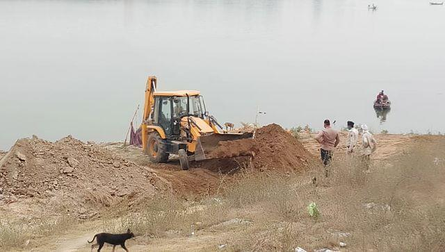 Bodies retrieved from the Ganga were buried on the banks of the river. Firstpost/Mohammad Sartaj Alam