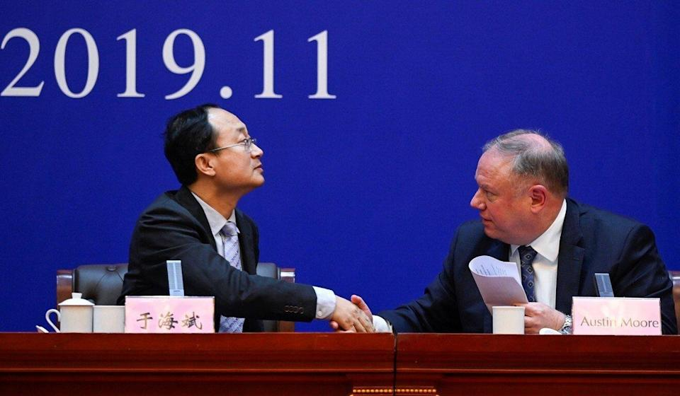Yu Haibin (left), deputy director of China's National Narcotics Control Commission, shaking hands with Austin Moore, a US Department of Homeland Security attaché, during a briefing in Xingtai, Hebei Province on November 7, 2019, after nine people were jailed for illegally selling fentanyl to US buyers, the result of a joint investigation. Photo: AFP