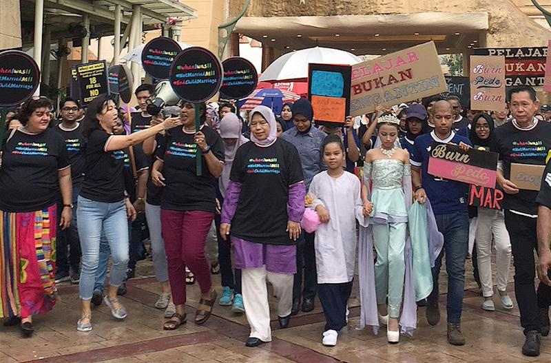 Housing and Local Government Minister Zuraida Kamaruddin (centre) joins a rally against child marriages in Bandar Sunway August 18 2018.