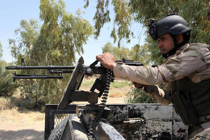 A volunteer who joined the Iraqi army to fight the Islamic State group holds a position in Al-Othaym in Diyala province on August 3, 2014 (AFP Photo/Amer al-Saedi)