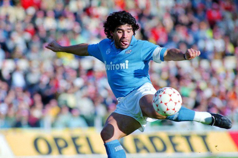 Diego Maradona, in his essence: the tongue out, the left-handed one ready to caress the ball & # xf3; n ... be & # xe1;  goal, of course.  Against Rome, at the Olympic Stadium, in October 1986