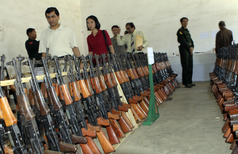 Diplomats in Laukkai on September 8, 2009 inspect guns allegedly seized from ethnic Kokang rebels (AFP Photo/Khin Maung Win)