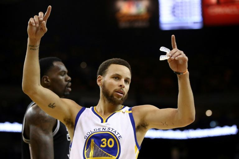 Warriors throttle Spurs to take 2-0 lead
