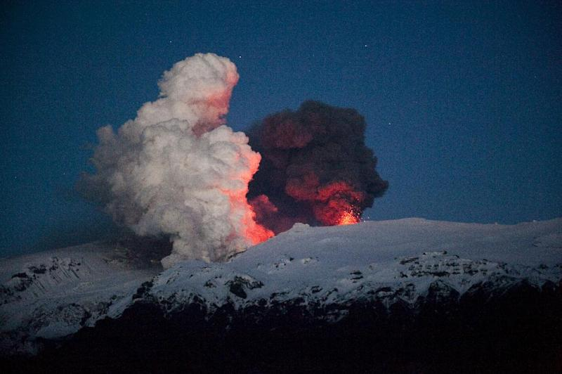 Iceland's Eyjafjoell volcano continues spewing ash and steam early on May 2, 2010 near Hvolsvöllur (AFP Photo/Halldor Kolbeins)
