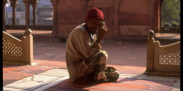 A 1992 photo of a Muslim man, crying over the destruction of the Babri Masjid by Hindutva mobs.