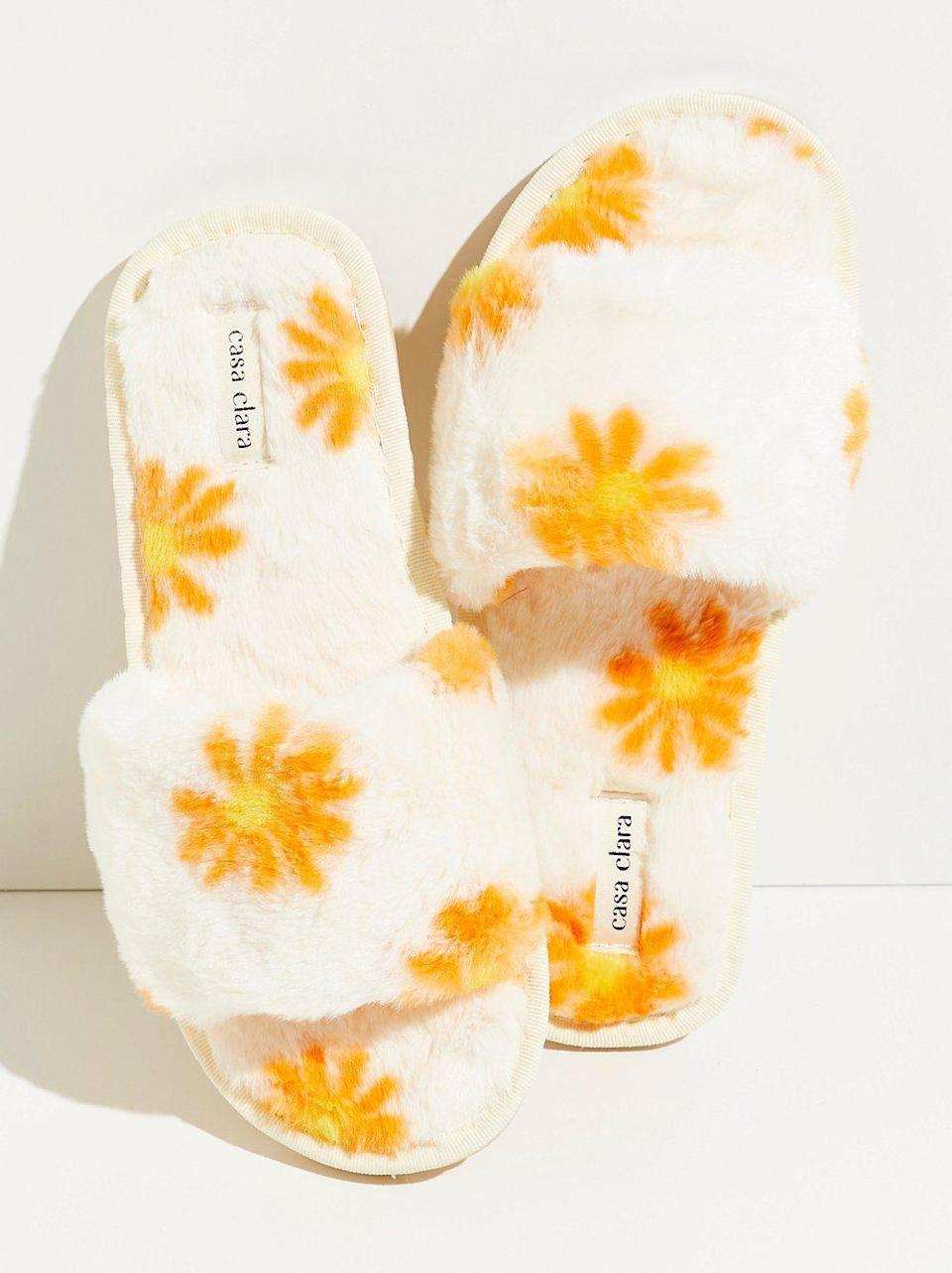 """<p><strong>Casa Clara</strong></p><p>freepeople.com</p><p><strong>$48.00</strong></p><p><a href=""""https://go.redirectingat.com?id=74968X1596630&url=https%3A%2F%2Fwww.freepeople.com%2Fshop%2Foopsy-daisy-faux-fur-slippers%2F&sref=https%3A%2F%2Fwww.seventeen.com%2Flife%2Ffriends-family%2Fg29844066%2Fbest-gifts-for-sister%2F"""" rel=""""nofollow noopener"""" target=""""_blank"""" data-ylk=""""slk:Shop Now"""" class=""""link rapid-noclick-resp"""">Shop Now</a></p><p>Every sister, mom, cousin – basically, anyone you're shopping for would appreciate a fluffed-out pair of slips.</p>"""