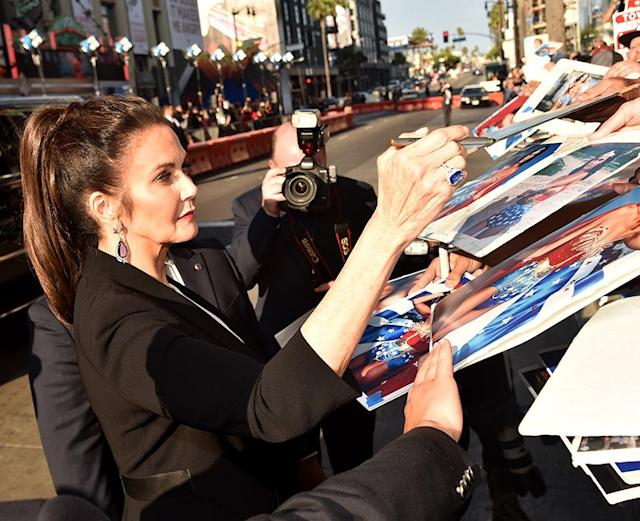 <p>Lynda Carter signs autographs. (Photo: Alberto E. Rodriguez/Getty Images) </p>