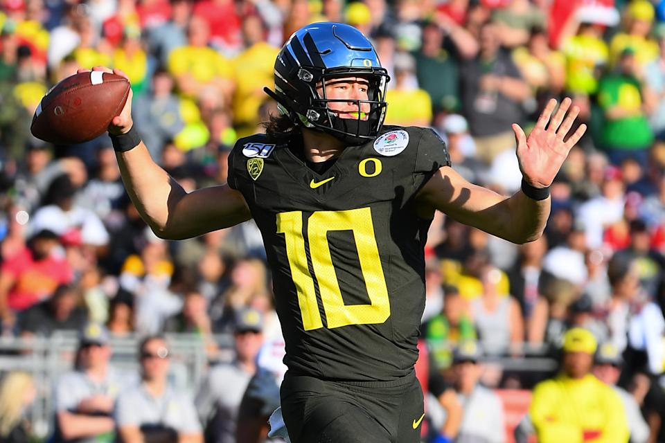 Oregon Ducks quarterback Justin Herbert throws the ball during the Rose Bowl on January 1, 2020, in Pasadena, CA.