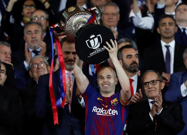 Soccer Football – Spanish King's Cup Final – FC Barcelona v Sevilla – Wanda Metropolitano, Madrid, Spain – April 21, 2018 Barcelona's Andres Iniesta celebrates by lifting the trophy after the match as the King of Spain Felipe VI applauds REUTERS/Juan Medina