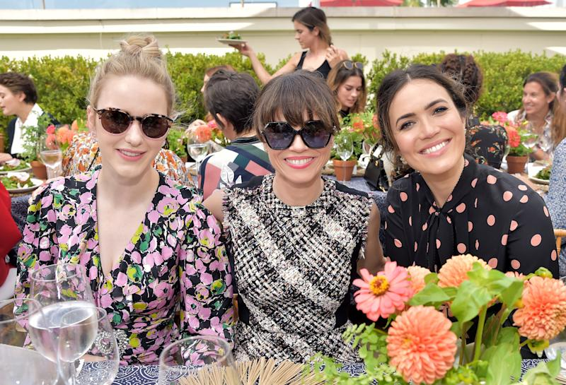 Rachel Brosnahan and Linda Cardellini are wearing the Logo-Temple Sunglasses.