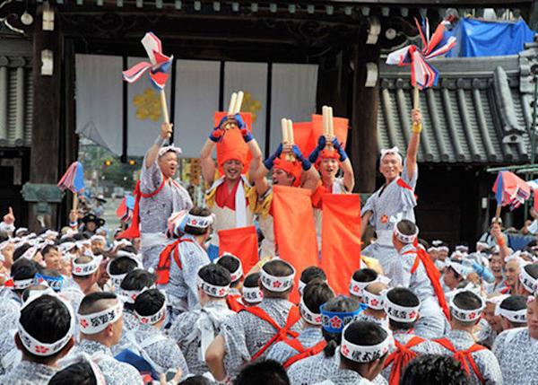 "▲Scene from the rikutogyo. The drummers rock back and forth in their crimson hoods, shouting out, ""Chesajaaa!"" ""Socojaaa!"" (Photo courtesy of Osaka Tenmangu Shrine)"