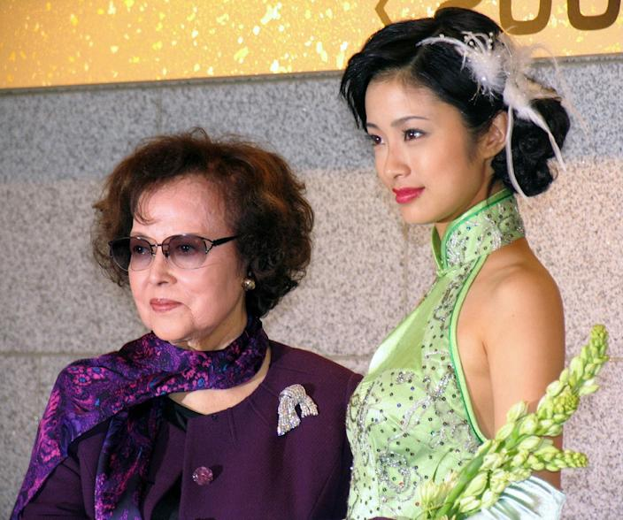 "This photo taken on September 22, 2006 in Tokyo shows Japanese actress Yoshiko Yamaguchi (left) -- who was known as Li Xianglan until the end of World War II -- and Aya Ueto answer questions as they promote a new movie titled ""Li Xianglan"" (AFP Photo/)"