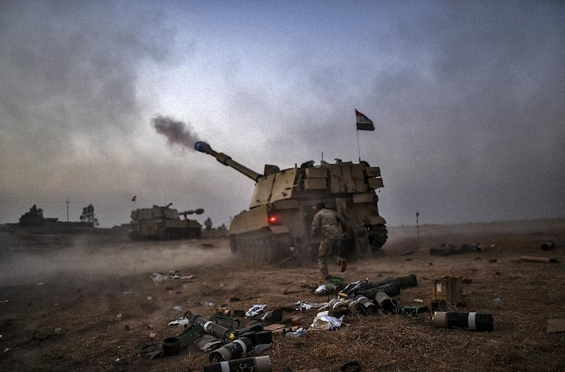 Iraqi forces fire a self-propelled howitzer during an effort to retake the Iraqi city of Mosul from the Islamic State October 19, 2016, an operation the US worries could be hampered by a Turkey-Iraq dispute (AFP Photo/Bulent Kilic)