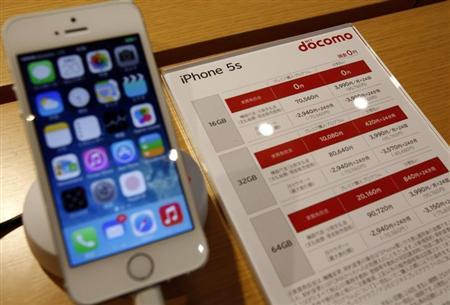 A new Apple iPhone 5S is displayed at a shop of Japan's biggest mobile phone operator NTT Docomo in Tokyo, September 20, 2013. REUTERS/Yuya Shino