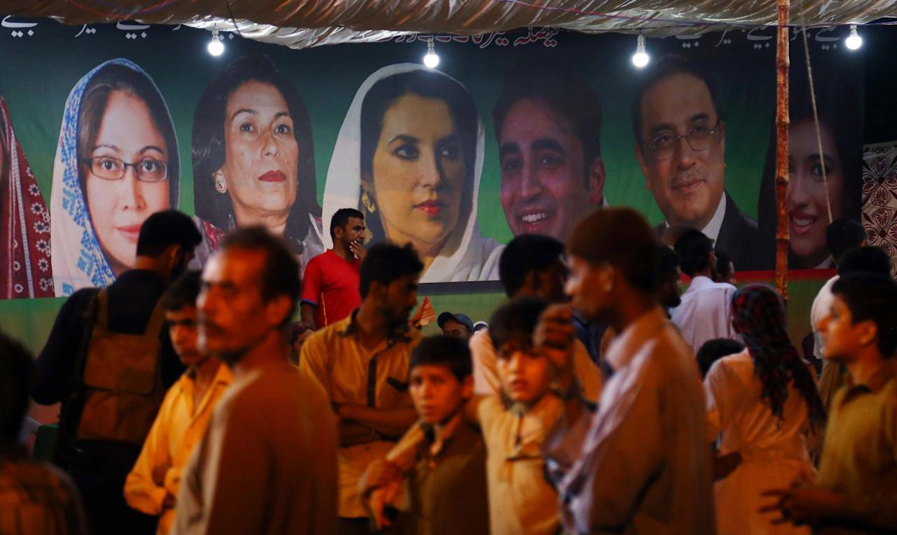 KHI01. Karachi (Pakistan), 20/07/2018.- Supporters of Pakistan People Party listen to a speech by PPP chairman Bilawal Bhutto Zardari during an election campaign in Karachi, Pakistan, 20 July 2018. Pakistan is set to hold general and provincial elections on 25 July with around 105 million people registered to vote, according to the election commission. (Elecciones) EFE/EPA/SHAHZAIB AKBER