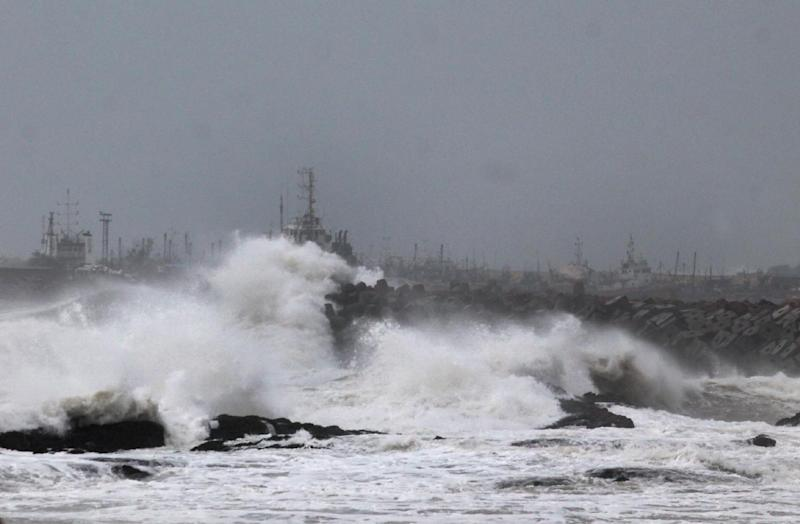 Large waves buffet the coastline before Cyclone Hudhud makes landfall in Visakhapatnam on October 11, 2014 (AFP Photo/)