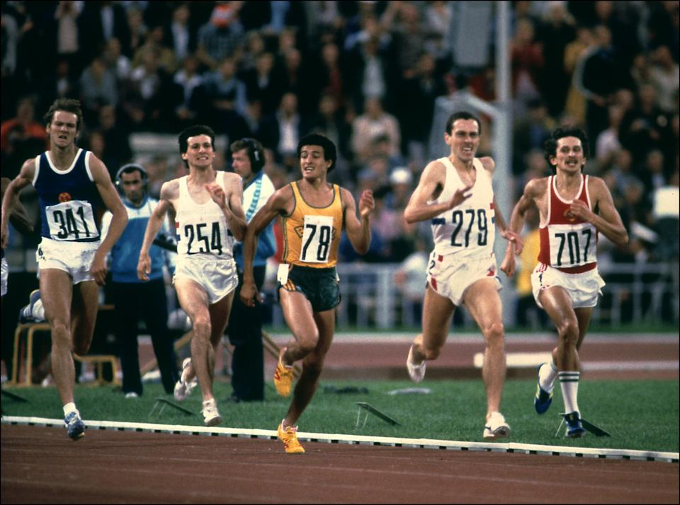 Steven Ovett (N·279), from Great Britain, on the way to win the Olympic 800m event, 26 July 1980 in the Lenin Stadium in Moscow. Left to Right, 341- RDA Detlef Wagenknecht, 254 - GBR Sebastian Coe (Silver medal), 78 - BRA Agberto Concei Guimaraes, 279 - GBR Steven Ovett (Gold medal) and 707 - USSR Nikolaï Kirov (Bronze meadle). (Photo by STAFF / EPU / AFP)        (Photo credit should read STAFF/AFP via Getty Images)