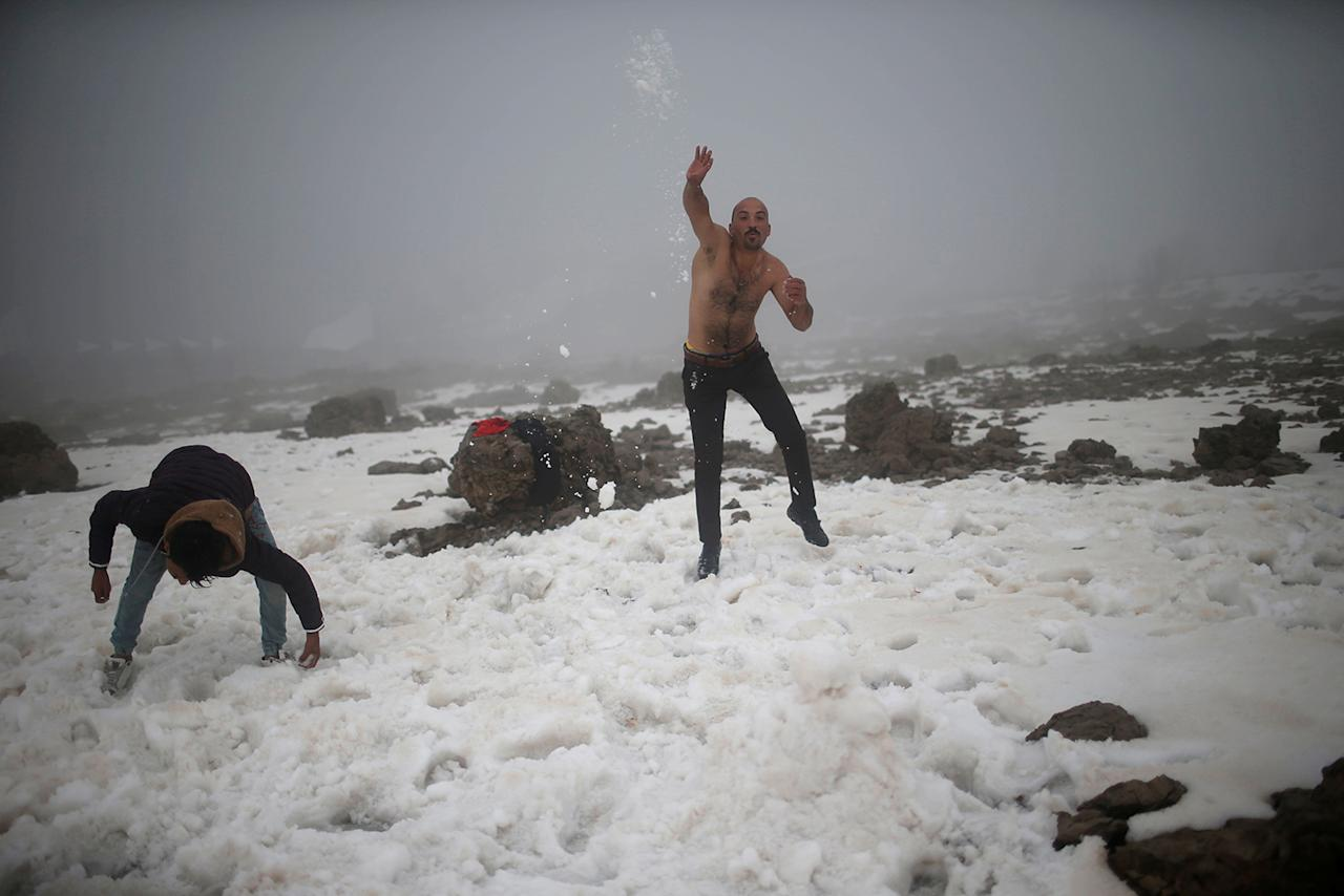 <p>Iraqi tourists play with snow at Mount Korek, Iraq March 23, 2017. (Photo: Suhaib Salem/Reuters) </p>