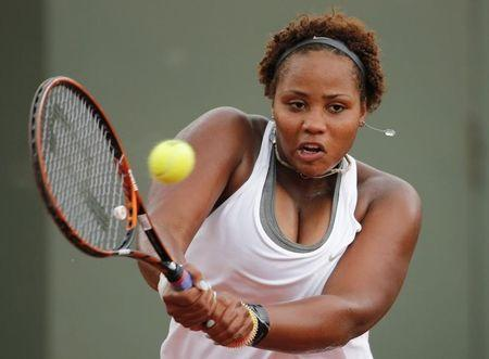 Taylor Townsend of the U.S returns a backhand to Carla Suarez Navarro of Spain during their women's singles match at the French Open tennis tournament at the Roland Garros stadium in Paris May 30, 2014. REUTERS/Jean-Paul Pelissier