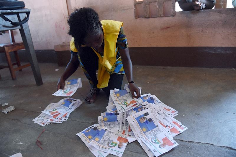 An official of National Electoral Commission tries to sort out votes after the second round of the presidential election in Cotonou, on March 20, 2016 (AFP Photo/Pius Utomi Ekpei)