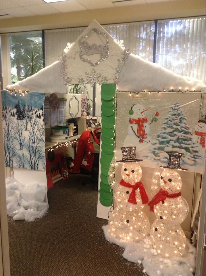 Deck The Desks! Office Workers Go All Out With Christmas ...
