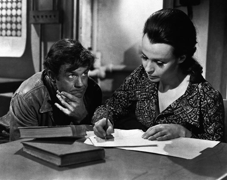 """In this Nov. 1975 photo provided by ABC-TV, Cliff Robertson plays a mentally retarded man who falls in love with his teacher, portrayed by Claire Bloom, after brain surgery raised him temporarily to genius level in """"Charly."""" Robertson died Saturday, Sept. 10, 2011. He was 88. (AP Photo)"""