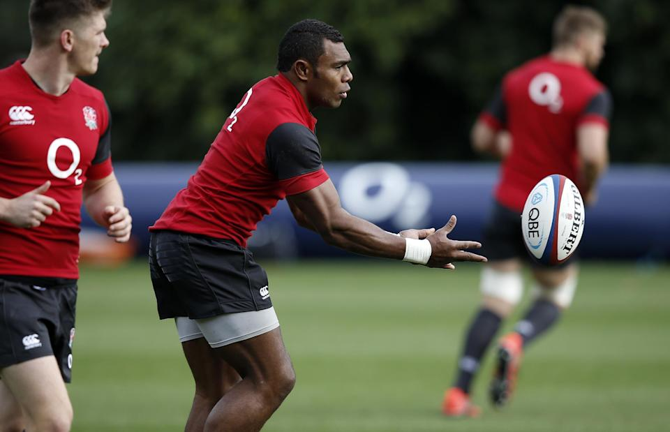 England rugby union winger Semesa Rokoduguni (C) passes the ball during a training session at the team's training base in Bagshot, south-east England, on November 6, 2014 (AFP Photo/Adrian Dennis)
