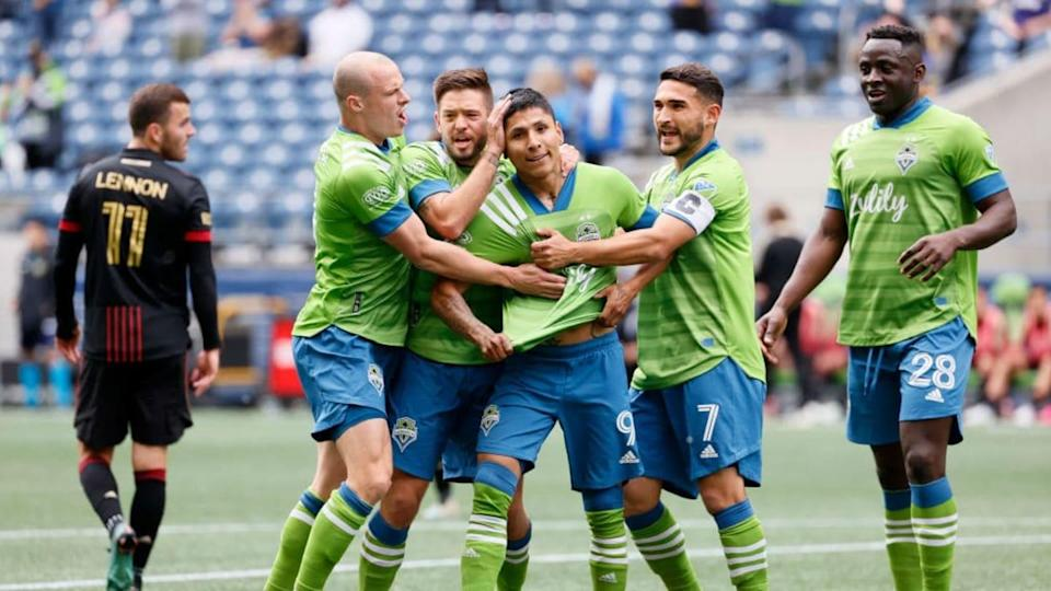 Jugadores del Seattle Sounders celebran un gol. | Steph Chambers/Getty Images