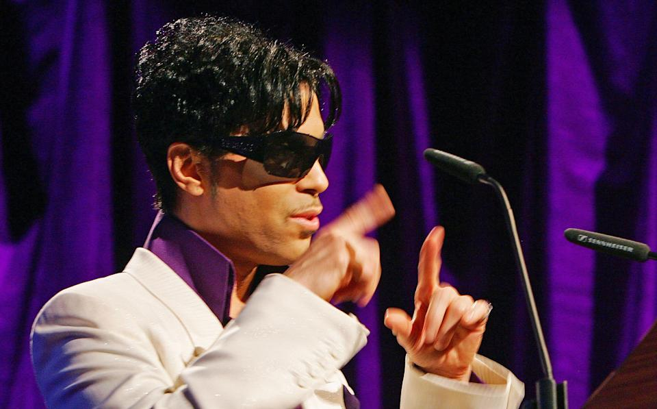 US pop star Prince poses during a photocall in central London, on May 8, 2007 (AFP Photo/Carl de Souza)