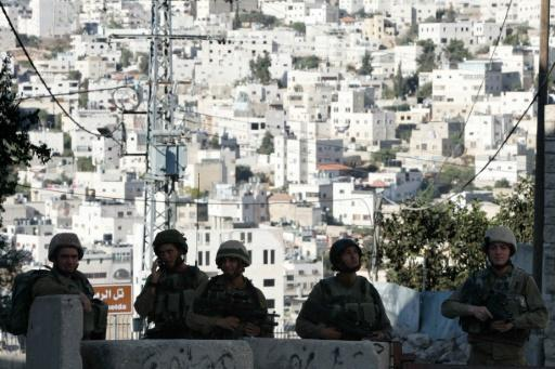 Palestinian pair try to stab Israeli officers, one shot dead