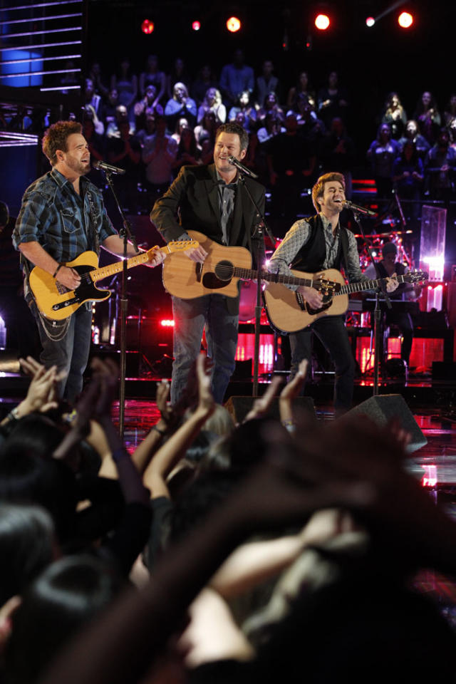 "The Swon Bros and Blake Shelton perform ""Celebrity"" on ""The Final Live Performances"" episode of ""The Voice"" Season 4."
