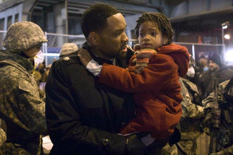 Yyoung Willow Smith with father Will, in I Am Legend (Alamy Stock Photo)