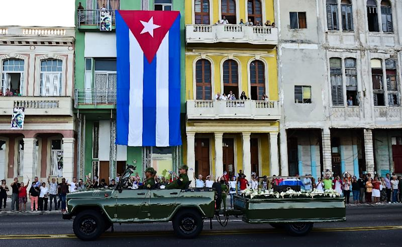 The urn with the ashes of Cuban leader Fidel Castro is driven through Havana starting a four-day journey across Cuba, November 30, 2016 (AFP Photo/Ronaldo SCHEMIDT)