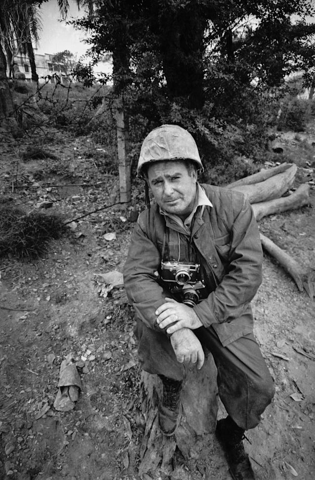 <p>Express photographer Terry Fincher in Vietnam during the war in February 19, 1968. He is carrying a Leica M3 and a Nikon F camera. (Photo: Express/Hulton Archive/Getty Images) </p>