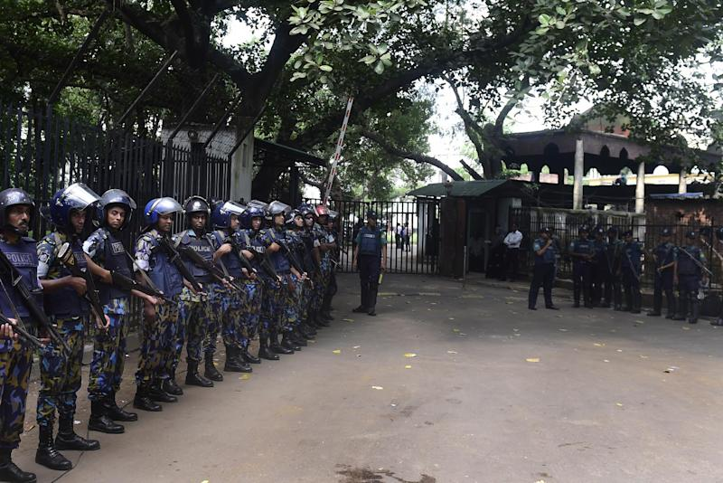 Bangladeshi police stand guard at the war crimes court, where Jamaat-e-Islami leader Mir Quasem Ali was expected to be sentenced, in Dhaka on November 2, 2014 (AFP Photo/Munir Uz Zaman)