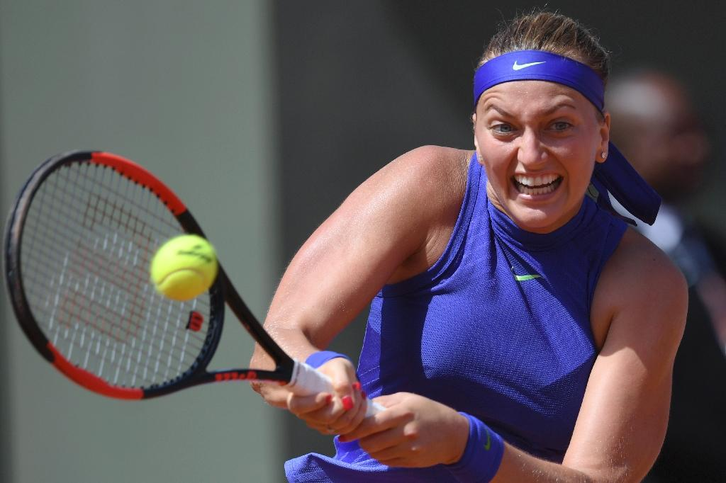 Czech Republic's Petra Kvitova returns the ball to US Bethanie Mattek-Sands during their tennis match at the Roland Garros 2017 French Open on May 31, 2017 in Paris. (AFP Photo/GABRIEL BOUYS                     )