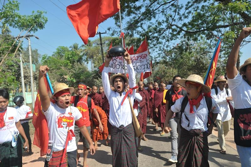 Myanmar students and Buddhist monks protest in Letpadan town, north of Yangon on March 3, 2015 (AFP Photo/Soe Than Win)