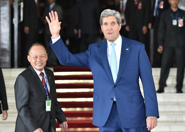 US Secretary of State John Kerry (right) attends the inaugural ceremony of new Indonesian President Joko Widodo in Jakarta, on October 20, 2014 (AFP Photo/Bay Ismoyo)
