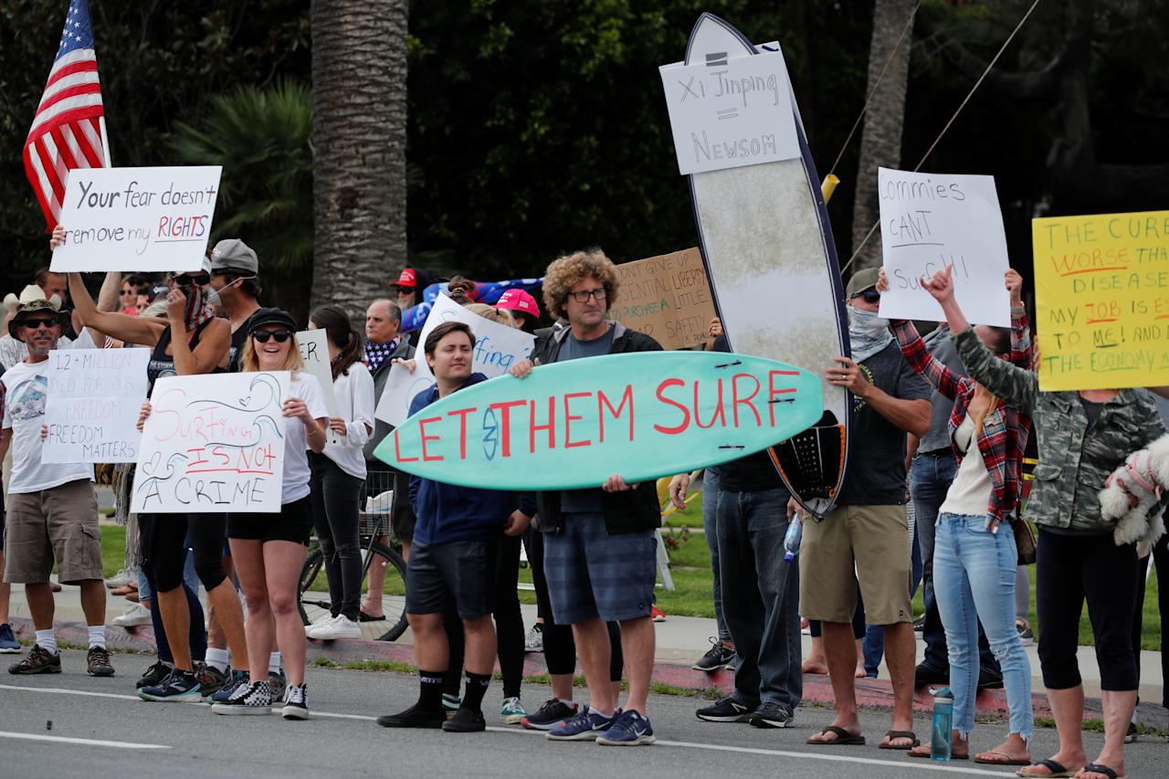 Residents protest stay-at-home orders involving the closing of beaches and walking paths during the outbreak of the coronavirus disease (COVID-19) in Encinitas, California, U.S., April 19, 2020. (REUTERS/Mike Blake)