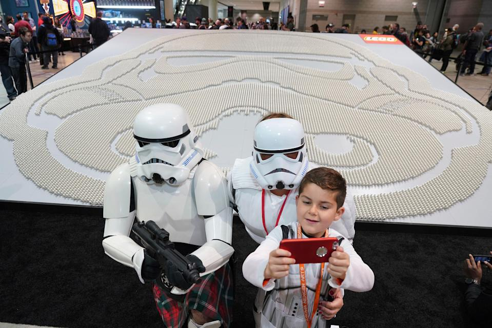 El fan de Star Wars Joseph Naiman, de 7 años, se hace un selfie con sus padres durante la celebración del Star Wars Celebration de Chicago. Foto: Alex Garcia/AP Images for The LEGO Group.