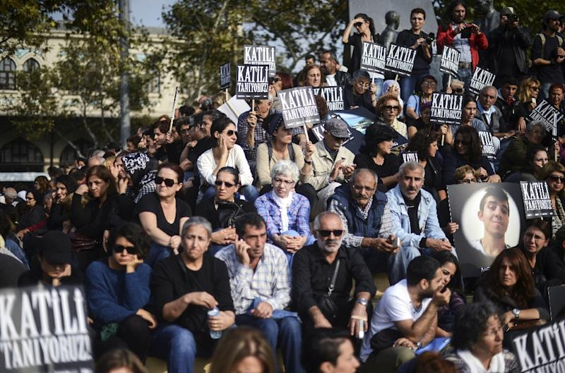 People attend a memorial in Kadikoy, Istanbul for the victims of the October 10 bombings in Ankara (AFP Photo/Bulent Kilic)