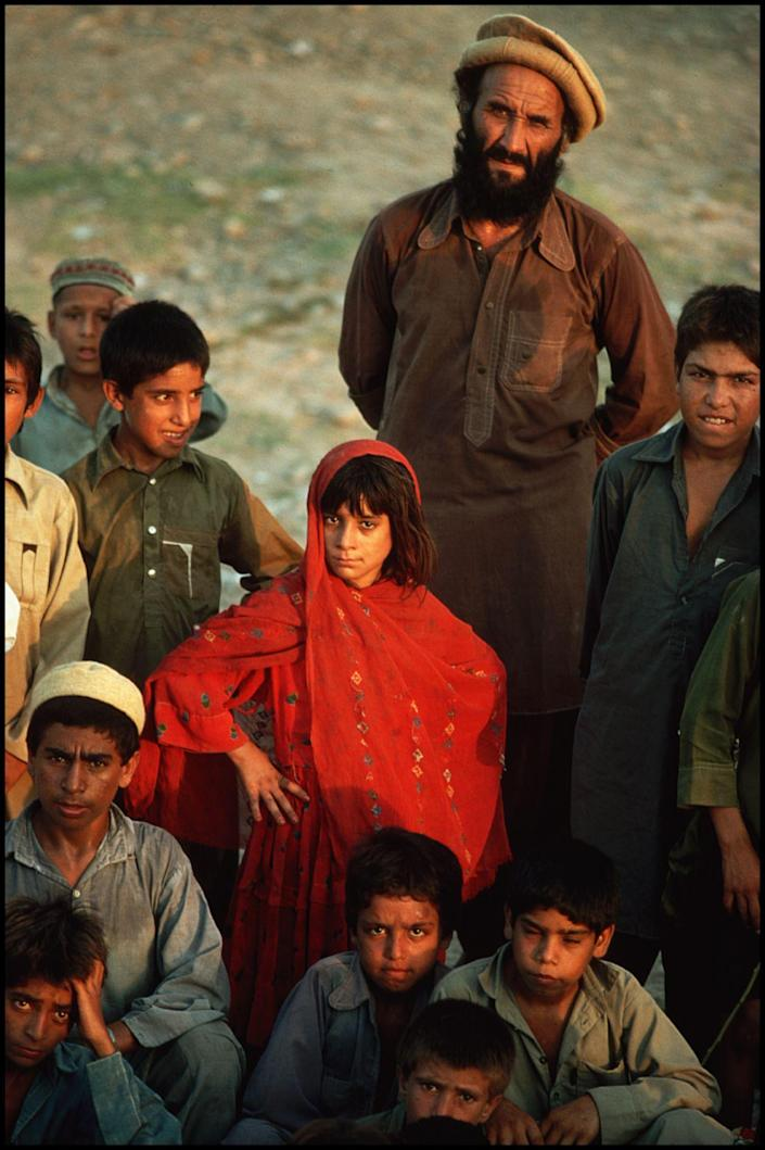 Afghan refugees, Peshawar, Pakistan, 1989. (Photograph by Peter Turnley, Bates College Museum of Art; gift of John and Claudia McIntyre)