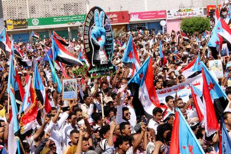 Supporters of the separatist Southern Movement demonstrate against recent decisions by President Abd-Rabbu Mansour Hadi that sacked senior officials supported by the United Arab Emirates, including Aden governor Aydaroos al-Zubaidi, in the southern port city of Aden, Yemen May 4, 2017. REUTERS/Fawaz Salman